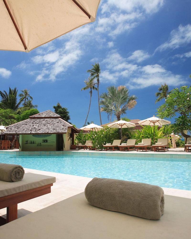 Island Oaks RV Resort - pool and tiki bar