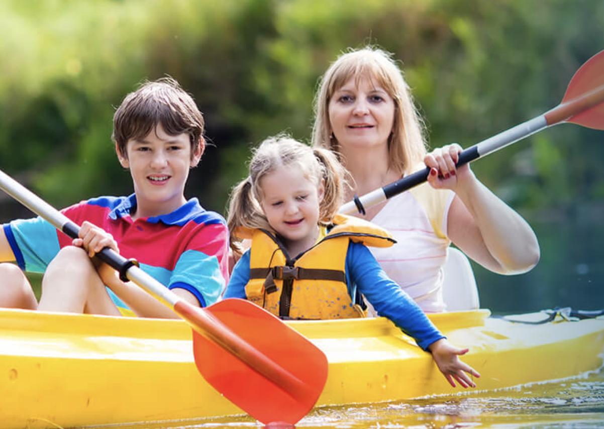 Island Oaks RV Resort - family kayaking